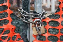 一挂锁和未加工的链子在建筑工地 免版税库存照片