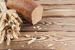 一捆绑麦子和鸦片和全部疏散五谷和一半在老木板条的面包 免版税库存图片