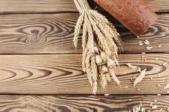 一捆绑麦子和鸦片和全部疏散五谷和一半在老木板条的面包 库存照片