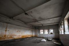 一排工厂厂房的老铺磁砖的墙壁 库存图片