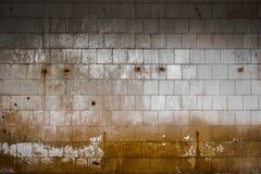 一排工厂厂房的老铺磁砖的墙壁 图库摄影
