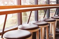 一排椅子和一个酒吧在咖啡馆 图库摄影