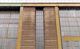 一排老新艺术主义工厂厂房的Windows 免版税图库摄影