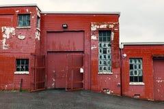 一排老红砖工厂厂房的外部 免版税图库摄影