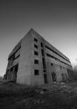 一排老被放弃的工厂厂房 免版税图库摄影
