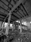 一排老被放弃的工厂厂房 免版税库存图片