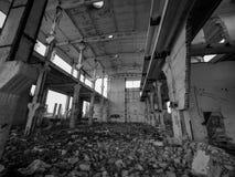 一排老被放弃的工厂厂房 库存照片