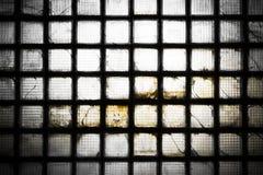 一排被放弃的工厂厂房的玻璃砖墙壁 库存照片