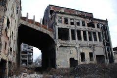 一排被轰炸的工厂厂房的废墟 免版税图库摄影