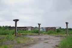 一排被轰炸的工厂厂房的废墟 免版税库存照片