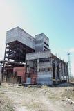 一排被轰炸的工厂厂房的废墟 免版税库存图片