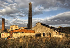 一排被破坏的,被放弃的工厂厂房 库存图片