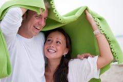 一揽子夫妇逗人喜爱保护下 免版税库存照片