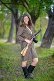 一支冲锋枪的妇女在手上 免版税库存图片