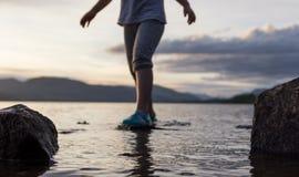 一支小孩日落桨在海湾 免版税库存照片