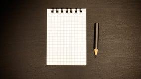 一支简单的铅笔和一个笔记本在春天在桌上 免版税库存图片