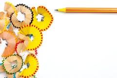 一支色的铅笔和削片在白色 免版税库存图片