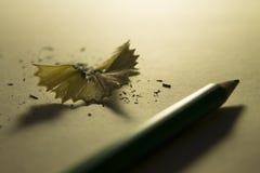 从一支铅笔和一支铅笔的削片在背后照明 免版税库存照片