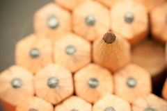 一支锋利的普通的木铅笔的石墨技巧的宏观图象作为图画和起草的工具的,站立在其他铅笔中 免版税图库摄影