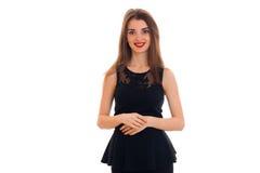 一支黑礼服和红色唇膏的美丽的女孩站起来平直和看照相机 库存图片