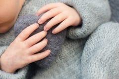 一新生儿、心脏在手上妈妈和爸爸,手和钉子孩子,第一天的手指生活在诞生以后 免版税库存图片
