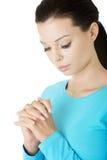 一新白种人妇女祈祷的特写镜头纵向 库存照片