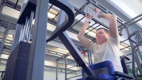 一无效被举的重量底视图在轮椅 股票录像