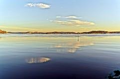 一日出在挪威海湾 库存图片