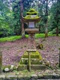 一日本人向灯笼扔石头 免版税库存图片