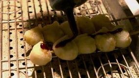 一普遍的当地食物的慢动作在街道亚洲夜市的在台北 影视素材