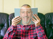 读一本书关于他自己的人 库存照片