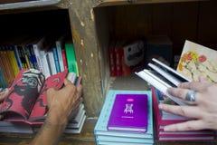 读一本书在书店 图库摄影