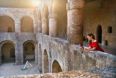读一本书的女孩在老堡垒 库存图片