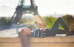 读一本书的女孩在巴黎 免版税库存图片