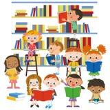 读一本书的孩子在图书馆里 免版税库存图片
