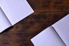 一本干净的白色学校支票簿的照片在棕色木背景的 想法或消息概念 大量tex的空间 库存图片