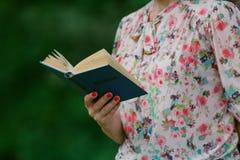 读一本开放书旧书的妇女 知识,科学 免版税库存照片
