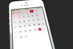 一本日历的特写镜头在智能手机的 免版税库存图片