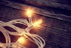 一本欢乐圣诞节诗歌选的三个电灯泡 库存照片