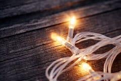 一本欢乐圣诞节诗歌选的三个电灯泡 免版税库存照片
