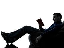 人全长阅读书的剪影 库存图片