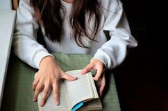 读一本袖珍书 图库摄影