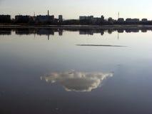 一朵云彩的反射在一个池塘的水表面的甚而 免版税库存图片
