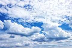 一朵云彩的纹理在天空白色和蓝色云彩的 库存图片