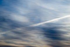 一朵云彩的踪影从一架飞机的在天空早晨 库存图片