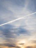 一朵云彩的踪影从一架飞机的在天空早晨 免版税库存照片