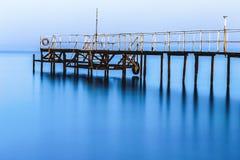 一朵大云彩有薄雾早晨安静风的一个空的船坞 库存图片