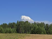 一朵大云彩的看法 免版税库存照片