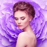 一朵大花的背景的美丽的妇女 免版税库存照片
