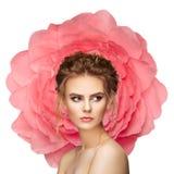 一朵大花的背景的美丽的妇女 免版税图库摄影